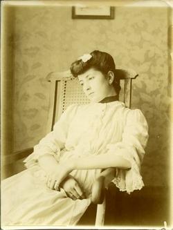 z.-Sobrina del pintor sentada en el domicilio familiar