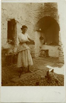 zc.-Retrato de una joven alimentando gallinas
