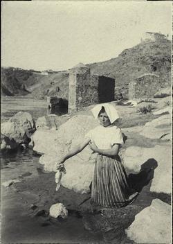l.-Lavanderas en el río Tajo. Al fondo los restos del Batán