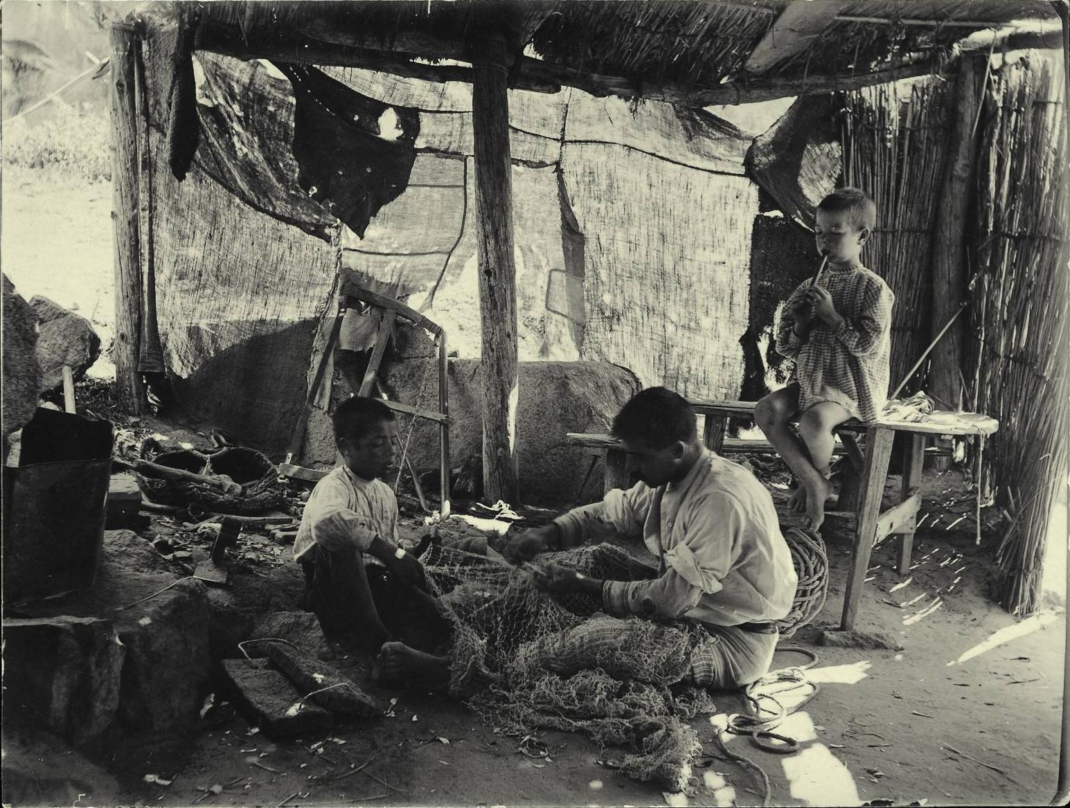 o.-Escena de trabajo en una cabaña de pescadores