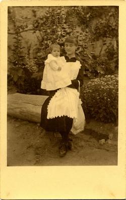 zc.-La hija del Pintor, Antonia, en brazos de una niñera