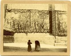 k.-Tapices adornando el exterior de la Catedral de Toledo