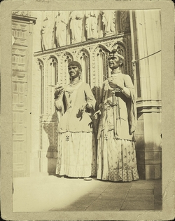b.-Gigantones en la Puerta del Perdón de la Catedral