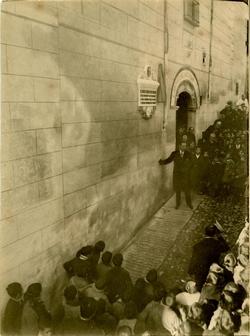d.-Se descubre una lápida en honor a Luis Tristán (1924)