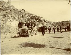 f.-El Rey Alfonso XIII, camino de la estación (15-01-1908)