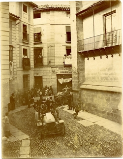g.-El Rey Alfonso XIII, bajando al Palacio Arzobispal( 1908)