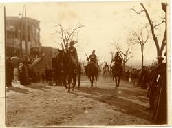 h.-Llegada de las tropas para tributar honores