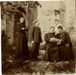 e.-Grupo de clerigos en una localidad por identificar