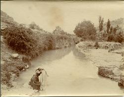 v.-Mujer lavando en las cercanías de Alcaraz (Albacete)