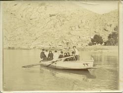 zzd.-Familiares del pintor en una barca camino del Valle