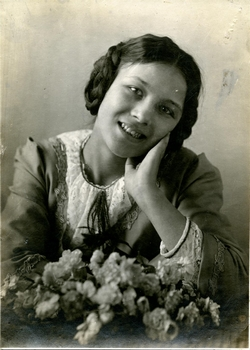 zf.-Retrato de una joven sin identificar