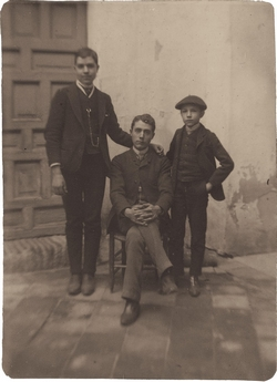 h.-El pintor con sus hermanos. José Joaquín y Ladislao 1891*