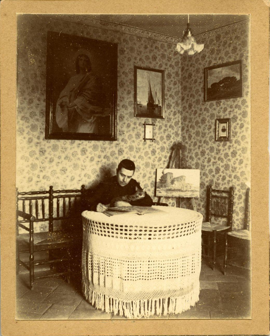 p.-Marcelino, hermano del pintor, en la casa familiar. 1907