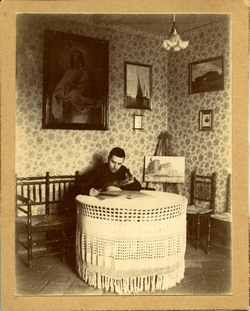 p.-Marcelino, hermano del pintor, en la casa familiar. 1907
