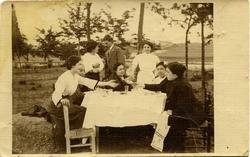 zt.-Cecilia García Pardo, esposa del pintor con unos amigos