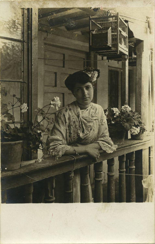 zr.-Emilia, sobrina del pintor, en el domicilio familiar1914