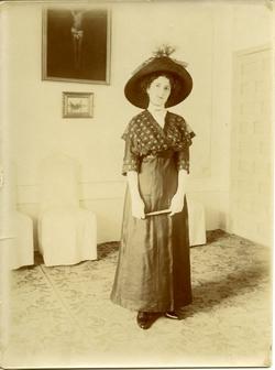 zo.-Emilia, sobrina del pintor en el domicilio familiar 1913