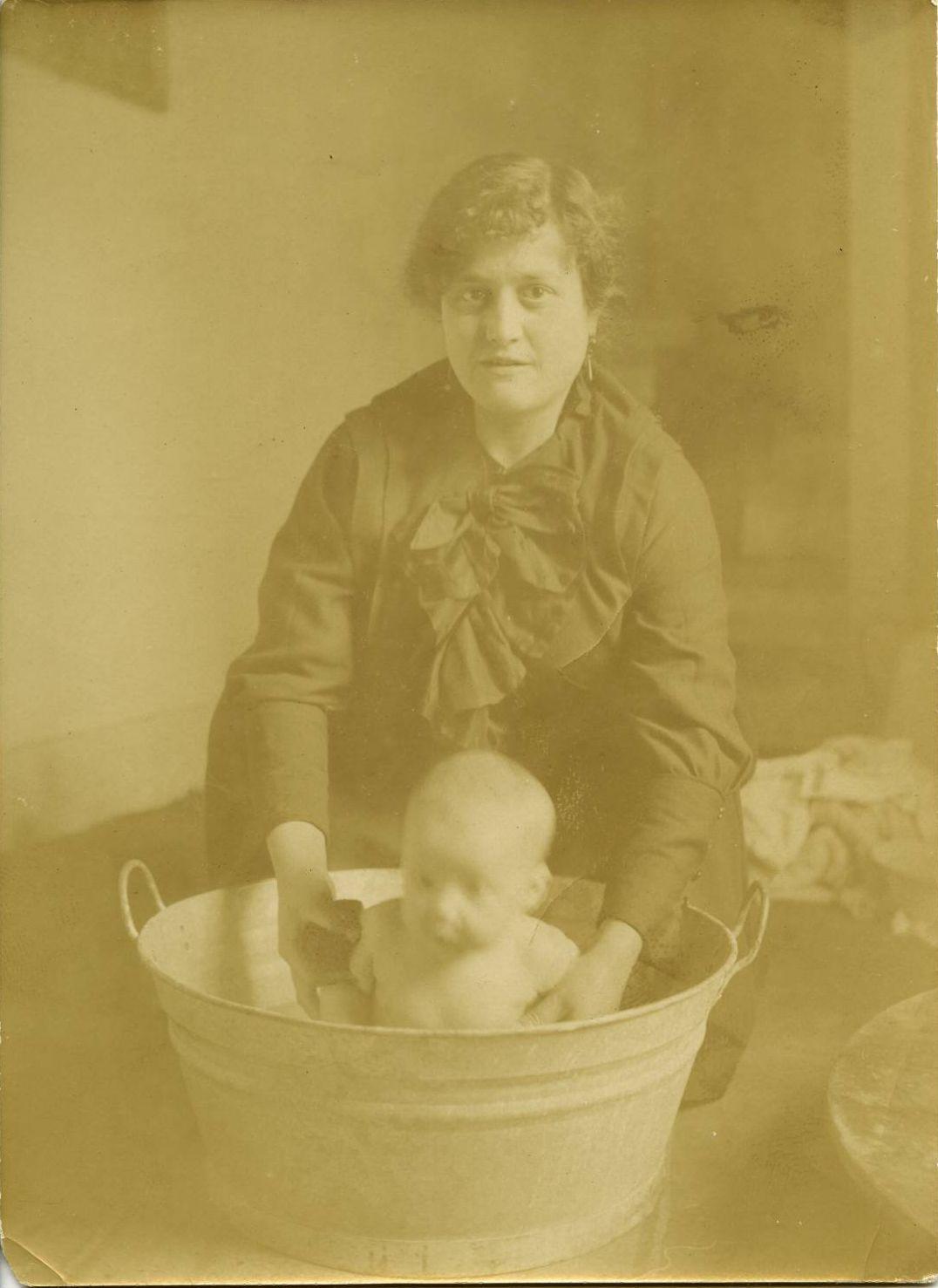 t.-La hija del pintor bañada por su tía Juana Arjona 1918