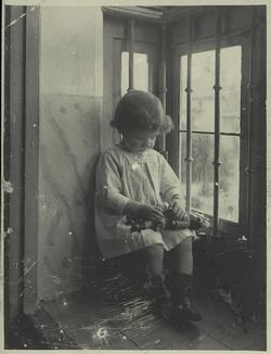 u.-Antonia Román jugando con su muñeca 1920