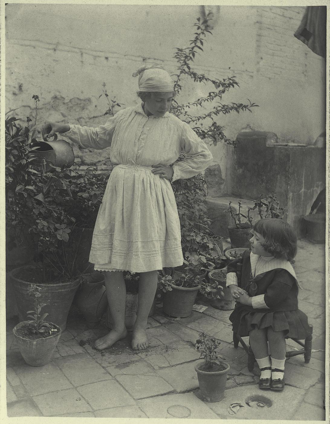 w.-La pequeña Antonia con la sirvienta