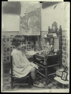 y.-Antonia, hija del pintor, en la casa familiar 1922
