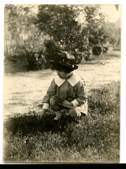 za.-Antonia, hija del pintor, en el Jardín Escolar 1923