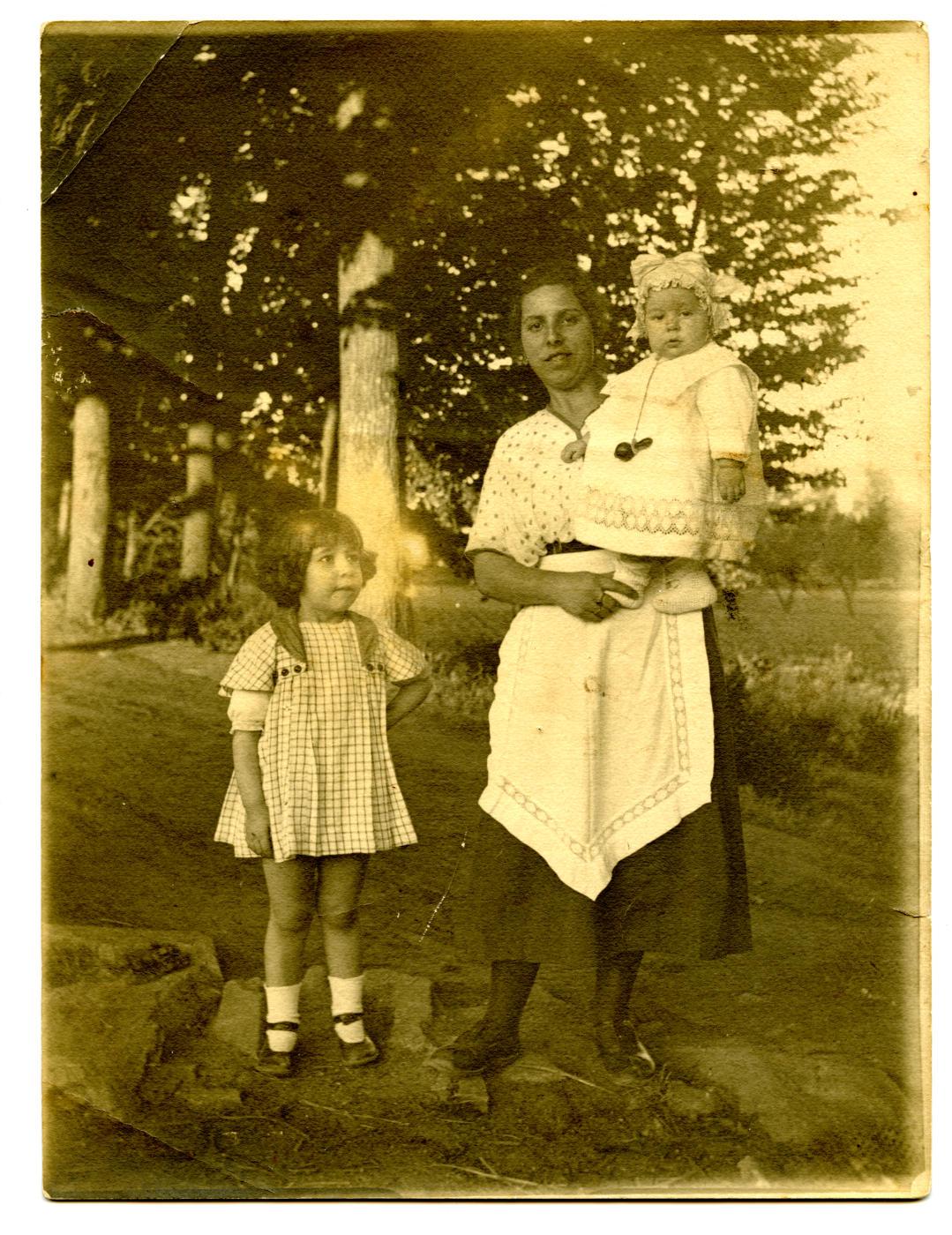 z.-Los hijos del pintor con una niñera 1922