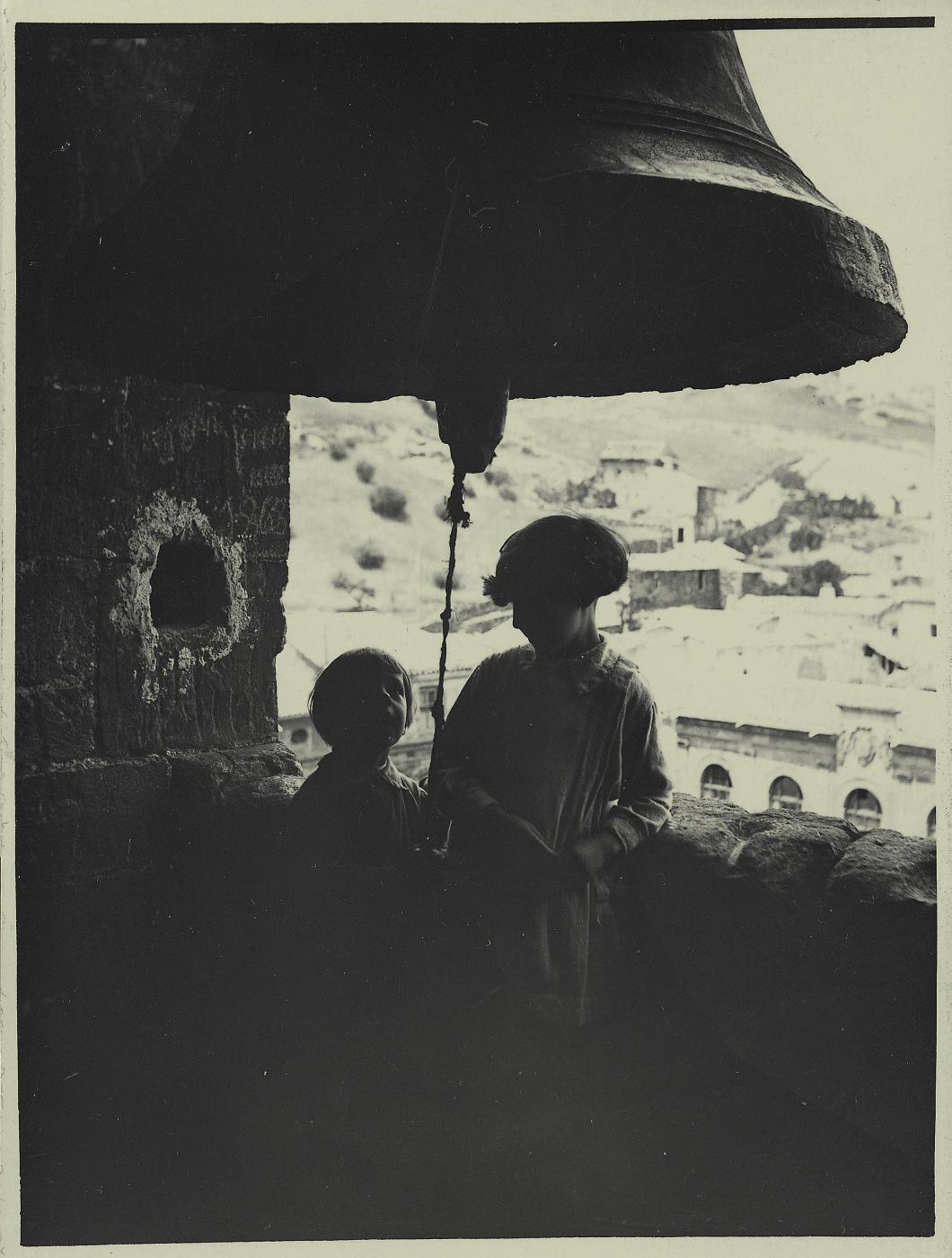 zd.-Pedro y Antonia en la torre de Trinidad de Alcaraz 1925