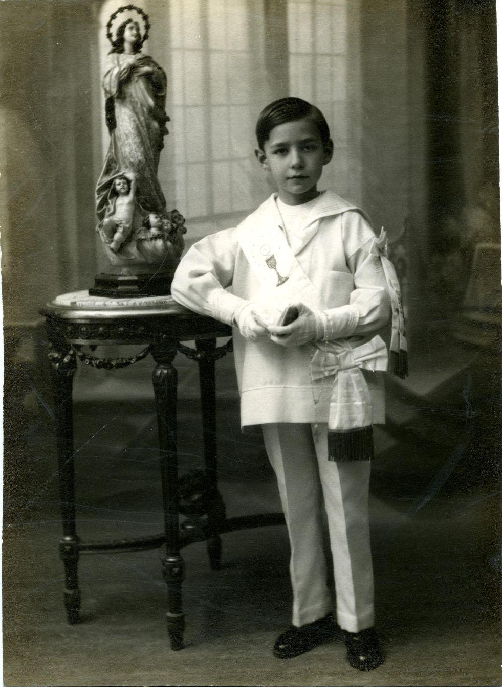 zh.-Pedro, hijo del pintor, de primera comunión 1929*