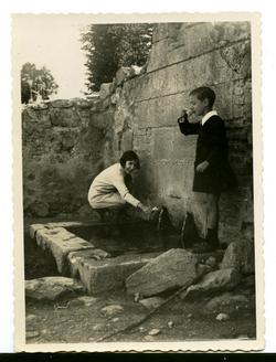 zi.-Los hijos del pintor en la Fuente de Loches 1929