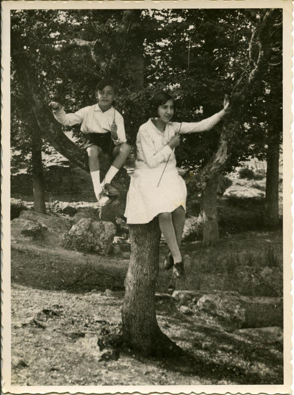 zj.-Los hijos del pintor en la finca de Luis Urquijo 1930