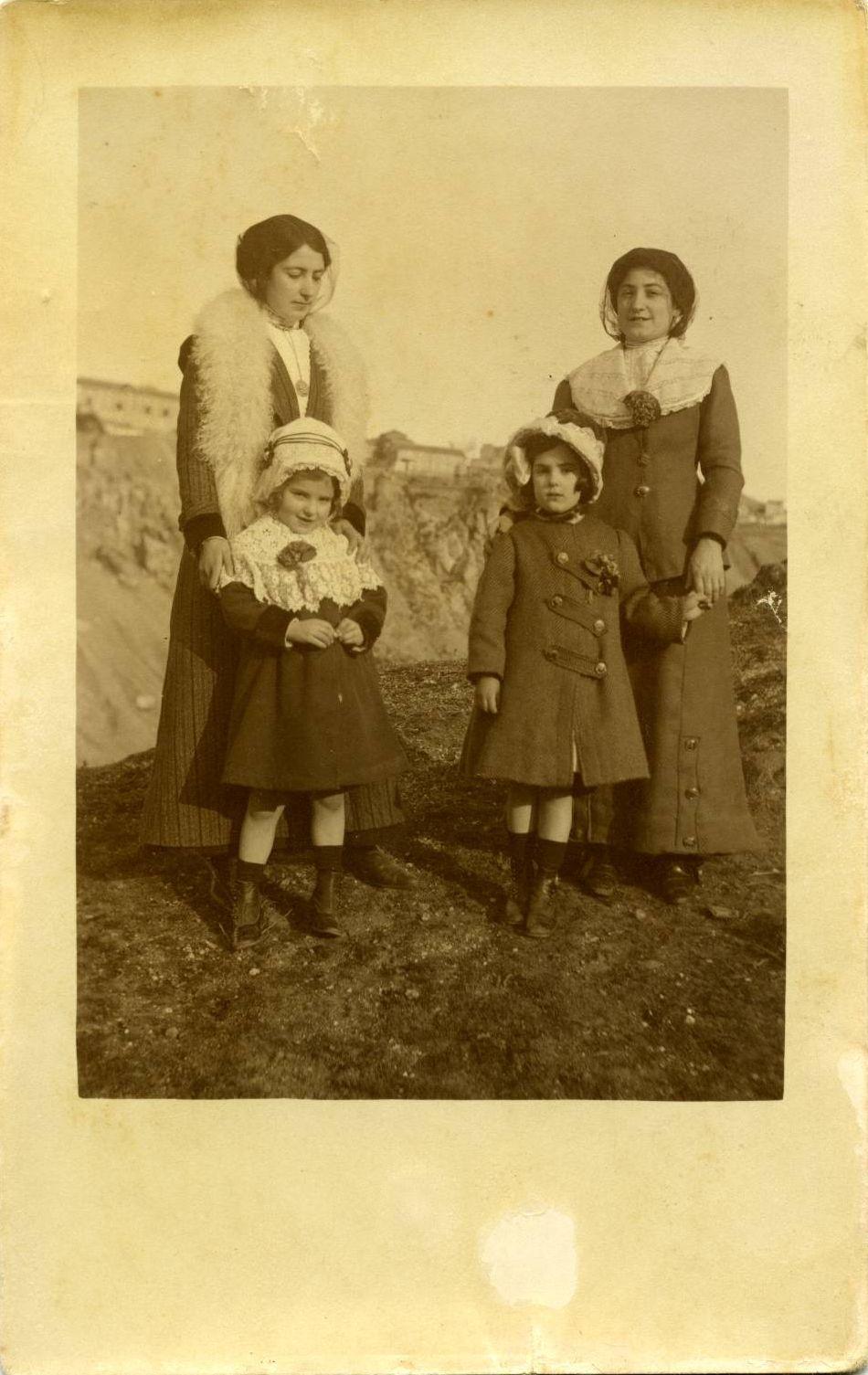zñ.-La sobrina del pintor y otra joven con dos niñas