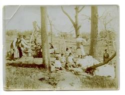 zd.-Grupo de personas en el campo. Barrio de Azucaica