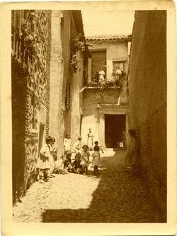 u.-Niños jugando en el callejón del Naranjo