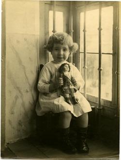 q.-La hija del artista con una muñeca