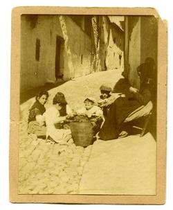 r.-Mujer y niños en una calle de Alcaraz (Albacete)