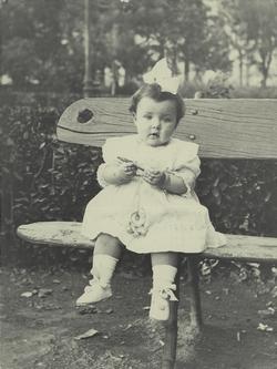 s.-María Donas-García, sobrina, en el Jardín Escolar