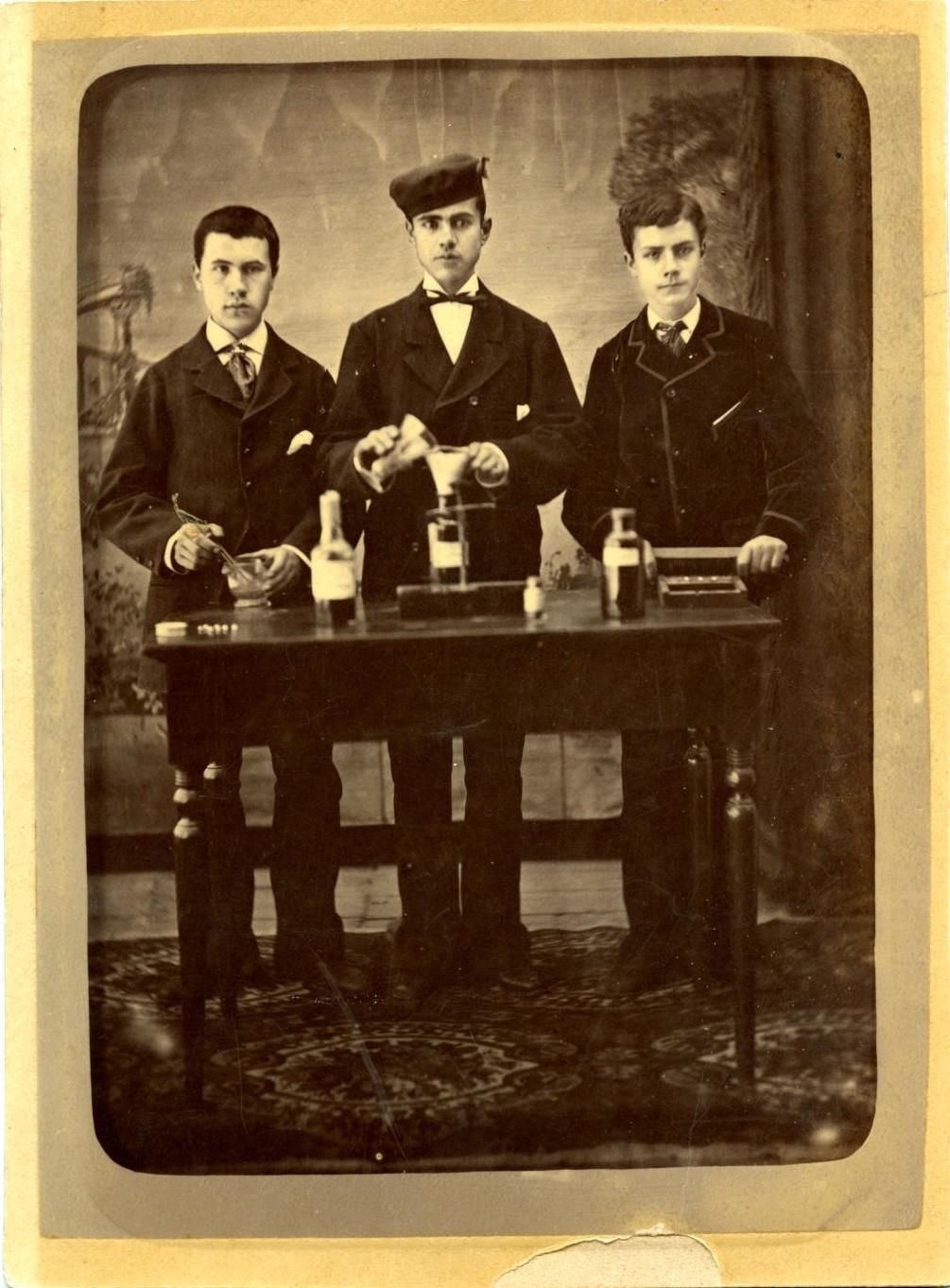 zb.-Marcelino Román Martínez (a la derecha) de boticario*