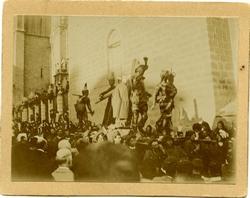 j.-Cofraderos llevando la Imagen del Cristo ante la Catedral