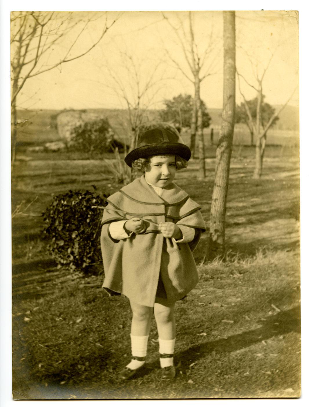v.-Hija del pintor en torno al Circo Romano de Toledo 1921