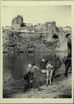 b.-Azacán cogiendo agua junto al Puente de San Martín