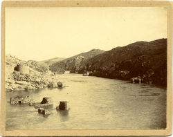 m.-Panorámica de varios molinos en el río