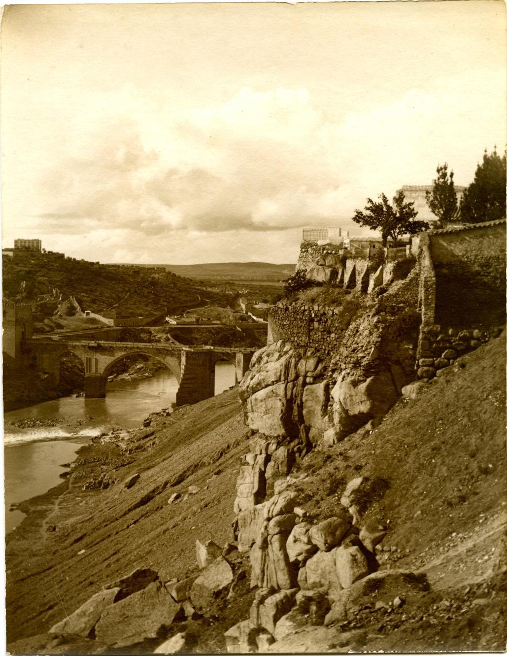 h.-Roca Tarpeya. Al fondo el Puente de San Martín