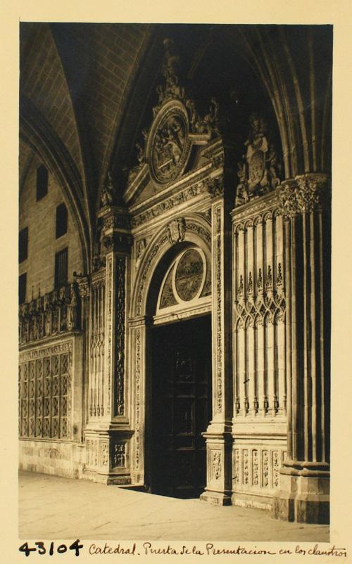 43104-Claustro. Puerta de la Presentación