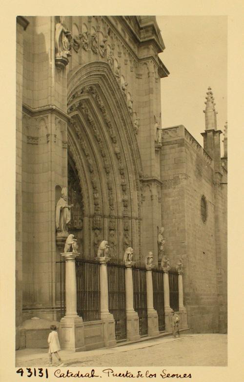 43131-Puerta de los Leones. Verja del siglo XVII