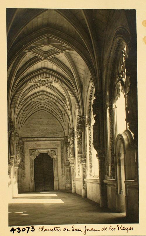 43073-Claustro y puerta de comunicación con la iglesia