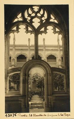 43076-Claustro. Puerta de acceso al jardín