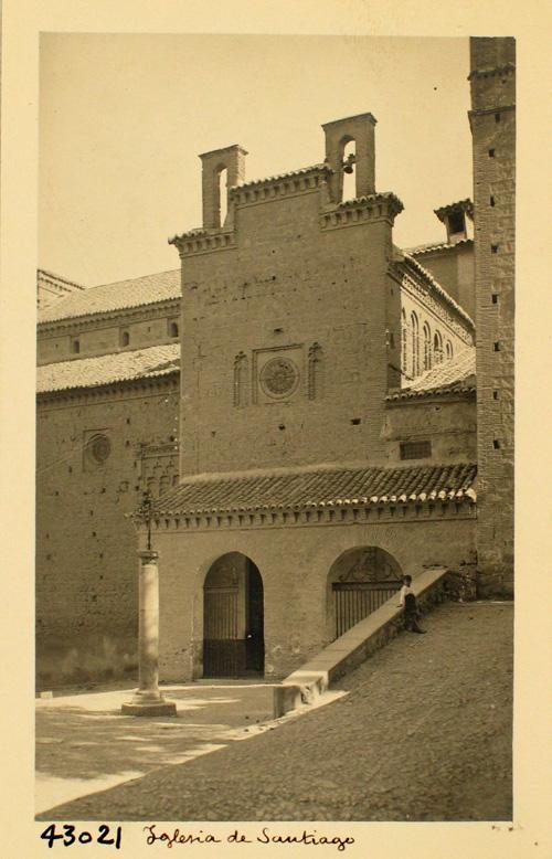 43021-Iglesia de Santiago. Puerta lateral nave del crucero