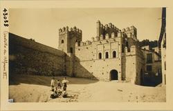 43038-Puerta interior y muralla, con un grupo de niños