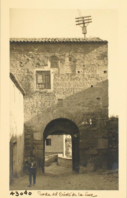 43040-Puerta de Valmardón en la subida al Cristo de la Luz